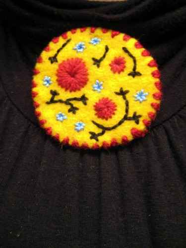 medaillon, feutrine, broderie, broder, fleurs,jaune et rouge, felt, embroidery, red and yellow